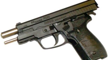 Weil ein Paar in Stadtbergen auf offener Straße mit einer Waffe hantierte, rückte dort am Wochenende die Polizei an.