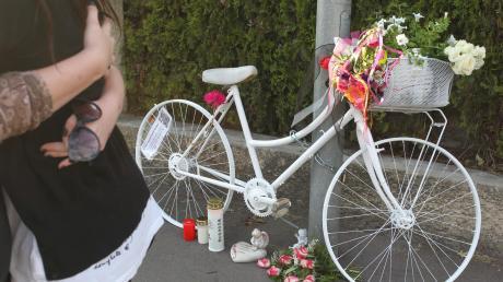 In Augsburg erinnern solche Fahrräder an tödliche Unfälle beim Rechtsabbiegen. In Neusäß soll nun eine Nachrüstung an städtischen Lastwagen diese Verkehrssituation sicherer machen.