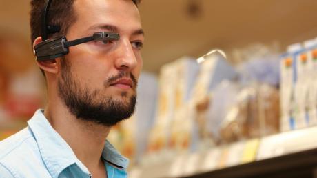 Mit dieser Daten-Brille weiß man im Supermarkt immer, wo es langgeht. Der Minimonitor vor dem rechten Auge hält Alexandar Presic im Laden immer auf dem Laufenden, wo er welche Produkte findet. Der Masterstudent an der Hochschule entwickelte das Angebot zusammen mit einem Team von Kommilitonen.