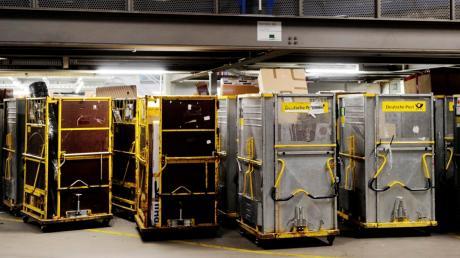 Im Paketzentrum in Weichering sollen ab 2025 Päckchen und Pakete angenommen, sortiert und weiter verteilt werden. Unsere Aufnahme zeigt ein Bild vom Paketzentrum in Augsburg.