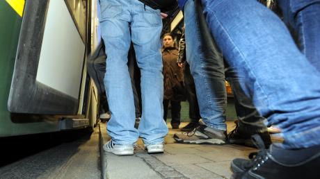 Nach einer Straßenbahnfahrt wurde ein junger Mann in Augsburg festgenommen.