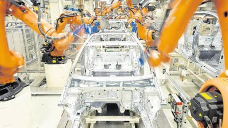 Kuka liefert für Daimler, BMW oder VW Roboter. Das Augsburger Unternehmen setzt weiter auf diese Kunden, hat aber die Abhängigkeit von der Autoindustrie verringert. (Symbolfoto)
