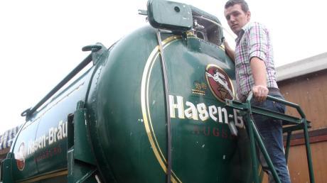 5000 Liter passen in den Biertankwagen, den Festwirt Thomas Kempter hier kontrolliert.