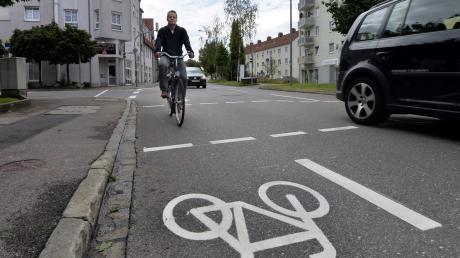 Ein Radler ist auf dem neu angelegten Schutzstreifen in der Gabelsbergerstraße Richtung Rosenaustadion unterwegs. Die Stadt hat damit vor wenigen Wochen eine Lücke im Wegenetz geschlossen.