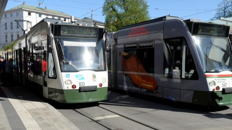 Ein Unbekannter hat ein älteres Paar in einer Straßenbahn verbal und körperlich angegriffen.