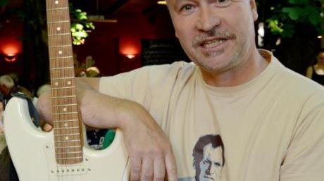Thomas Darchinger kam mit E-Gitarre zu seinem Auftritt bei der Literatur im Biergarten.