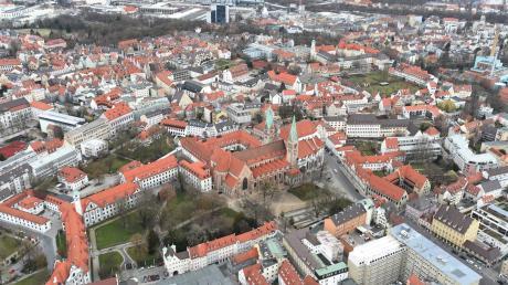 Augsburg ist für junge Leute attraktiv. Viele ziehen in die Stadt oder bleiben nach dem Studium hier.