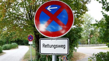 Verbotswidrig befuhr eine Frau mit ihrem Lebensgefährten die Grünanlage am Ludwigsfelder Badesee. Jetzt wird es teuer.