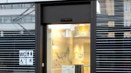 Wegen eines Defekts war die Toilette am Königsplatz vorübergehend geschlossen. Für die Schwarze Kiste daneben sind die Folgen gravierender. Das Café, das am 18. Februar ausziehen wollte, wird wohl geschlossen bleiben.