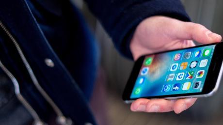 In Gundelfingen wurde einem Mann das Handy gestohlen.