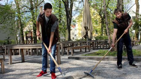 """Im Biergarten """"Riegele Wirtshaus"""" in Augsburg werden Vorbereitungen für die Saison 2017 getroffen."""