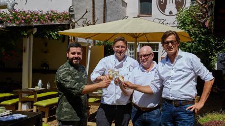 Harry Winderl (von rechts), Siegfried Assei und Christoph Dennhardt sind sich über den Pächterwechsel einig geworden und stoßen mit dem neuen argentinischen Koch des Throbräukellers, Pablo Cigoy, an.