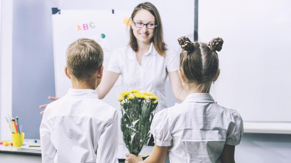 Schule: Blumen für die Lehrerin: Welche Geschenke sind in Ordnung ...