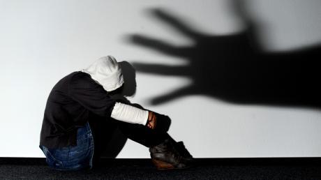 Mehrere Männer sollen eine 14-Jährige im Kreis Biberach an der Riss vergewaltigt haben.