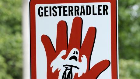 Eine Frau war in Augsburg falscher Richtung alkoholisiert auf dem Fahrrad unterwegs. Es kam zum Unfall, der mit zwei Verletzten endete.