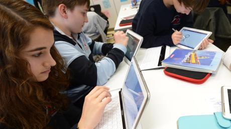 Lernen mit iPads? Professor Klaus Zierer hält davon nicht allzu viel. Er sagt: Die Tafeln aus dem Klassenzimmer zu räumen, ist Unsinn.
