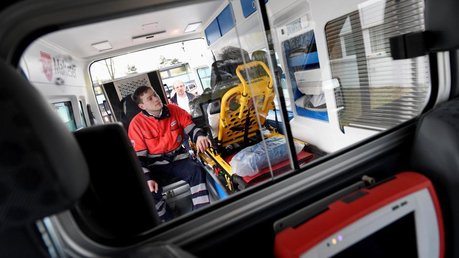 Die hohen Corona-Zahlen in Augsburg sorgen dafür, dass die Kapazitäten beim Krankentransport eng werden.