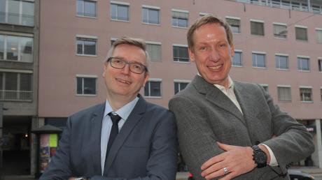 """In der Karlstraße sitzt die Gesellschaft """"Augsburg Marketing"""", die City Initiative Augsburg zieht gerade mit ein. Unter einem Dach sind daher jetzt Ekkehard Schmölz (links) und Heinz Stinglwagner vereint."""