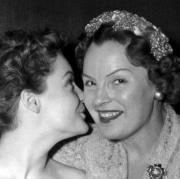 Die Schauspielerin Magda Schneider - hier mit ihrer Tochter Romy Schneider - wurde 1909 in Augsburg geboren. Auch vor der Kamera spielten sie Mutter und Tochter: als Kaiserin Sissi und ihre Mutter Herzogin Ludovica.