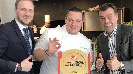 Das Restaurant Maximilian's gewinnt bei einer TV-Show: Küchendirektor Simon Lang (Mitte) freut sich mit Manager Sebastian Kahl (links) und Hoteldirektor Theodor Gandenheimer.