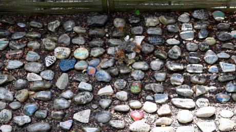 Im Garten der Drogenhilfe Schwaben erinnern Kieselsteine an die Drogentoten.