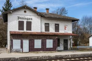 Viele alte Bahnhöfe gammeln vor sich hin