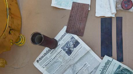Die Kugel thront eigentlich auf dem Nordturm des Doms. Wegen Reparaturarbeiten wurde sie diese Woche herabgehoben und am Mittwoch geöffnet. Domprobst Anton Losinger (unteres Bild links) präsentierte eine Ausgabe der Schwäbischen Landeszeitung. Darüber hinaus wurden Tafeln mit Inschriften gefunden.