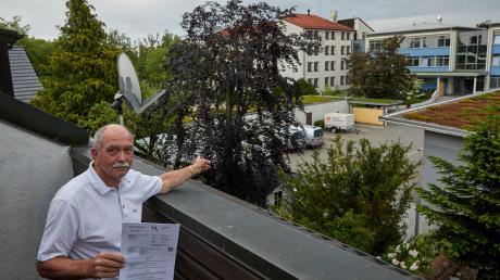 Claus Beck wehrt sich gemeinsam mit Nachbarn gegen Pläne der Erdgas Schwaben, ein Bürohaus gegenüber den Wohnhäusern zu errichten. Wo jetzt Autos stehen, soll ein 50 Meter breites Gebäude entstehen.