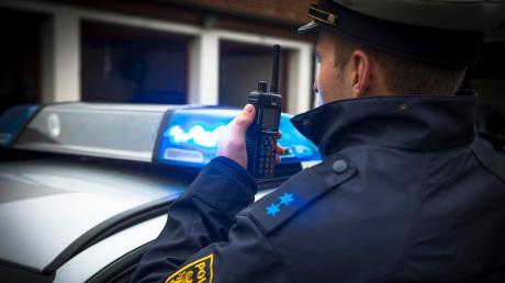 Nach einem Unfall in Lechhausen bittet die Polizei um Zeugenhinweise. Symbolbild