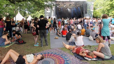 Chillen unter Bäumen, Träumen auf der Wiese: Das Modular-Festival lockte wieder 30000 Besucher in den Wittelsbacher Park. Doch dort soll das Fest zum letzten Mal stattgefunden haben: Die Stadt möchte es an den Gaskessel in Oberhausen verlagern.
