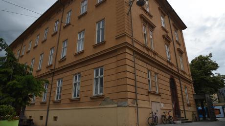 Im alten Stadtarchiv in der Fuggerstraße sitzt derzeit noch die Kostümabteilung des Theaters. Sie muss aber bald ausziehen, weil die Immobilie von der Stadt verkauft wurde.