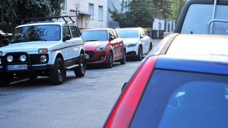 Parkplätze am Straßenrand sind rar. Selbst Bewohner finden häufig keinen Stellplatz.