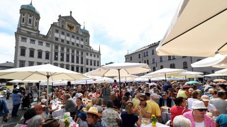 Die Friedenstafel auf dem Rathausplatz hat inzwischen Tradition. Sie findet natürlich auch beim Friedensfest 2018 am 8. August statt.