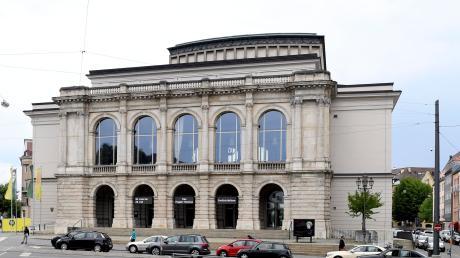 Der weiß-blaue Himmel leuchtet über dem Theater Augsburg – ab heute ist das Haus Staatstheater. Bis der Spielbetrieb im Großen Haus aufgenommen werden kann, wird es allerdings noch generalsanierungsbedingt dauern.