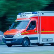 Ein Rettungssanitäter wurde von einem Mann unerwartet angegriffen.