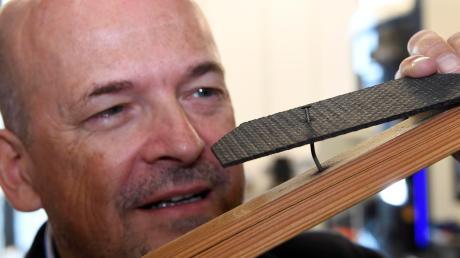 Der Keramikverbundwerkstoff hält auch einem durchgeschlagen Nagel stand, wie Prof. Dr.-Ing. Ralf Goller exemplarisch zeigt.
