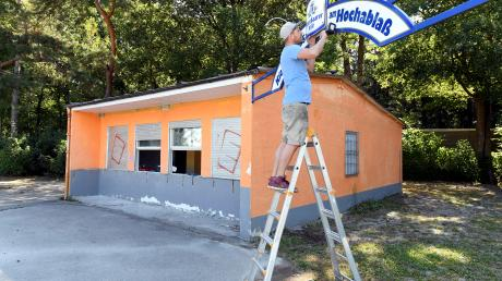 Die Schwarze Kiste kommt in den Kiosk am Hochablass. Betreiber Sebastian Hrabak legt beim Umbau selbst Hand an.