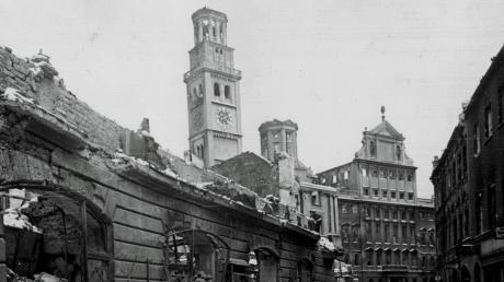 Im Februar 1944 waren das Rathaus und der Perlachturm ausgebrannt. Der Turm sollte sogar gesprengt werden, da er Risse aufwies.