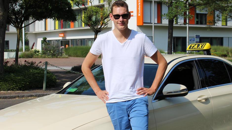 Augsburg Augsburgs Jüngster Taxifahrer In Einem Taxi Kann Alles
