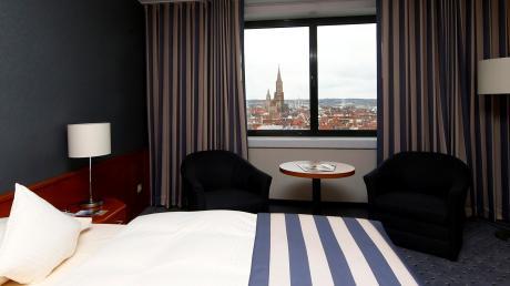 Blick aus einem Zimmer des Ulmer Hotels Maritim auf das Münster. Das Haus am Donauufer eröffnete Anfang der 90er Jahre. Zuletzt ließen sich etliche Ketten und Investoren mit Hotels in der Doppelstadt nieder. <b>Archivfoto: Alexander Kaya</b>