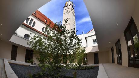 Klare Linien, symmetrische Aufteilung, ein freitragendes umlaufendes Dach und ein beschauliches Gärtchen: der neue Innenhof von St. Moritz. <b>Fotos: Ulrich Wagner</b>