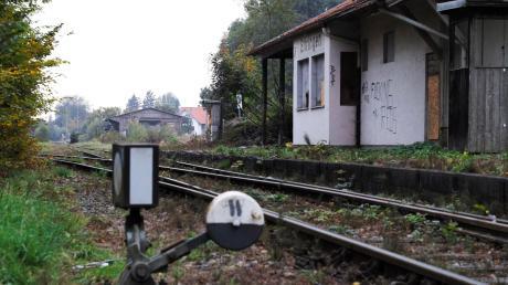"""Fast in einem """"Dornröschenschlaf"""" befindet sich der Ettringer Bahnhof – er könnte aber bald """"wachgeküsst"""" werden, wenn es nach dem Willen der Landkreispolitik und der Staudenbahn geht. Wenn alles klappt, könnten ab 2022 wieder Züge zwischen Türkheim und Ettringen fahren."""