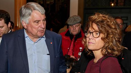 Die Enttäuschung steht den beiden SPD-Direktkandidaten Margarete Heinrich und Harald Güller ins Gesicht geschrieben. Die SPD erlitt in Augsburg erdrutschartige Verluste.