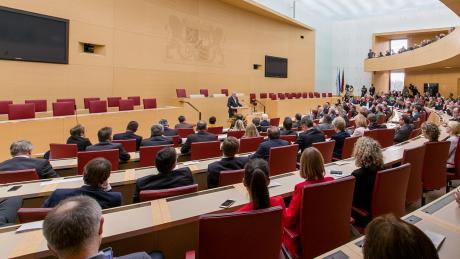 Wie viele Abgeordnete wird Augsburg künftig im bayerischen Landtag sitzen haben? In der aktuellen Legislaturperiode sind es vier, ihre Zahl könnte aber auf bis zu acht Politiker steigen.
