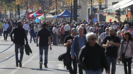 Besucher flanieren auf der Lechhauser Kirchweih und dem Marktsonntag: In diesem Jahr wird es anders laufen.