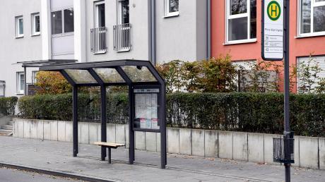 An dieser Bushaltestelle lag am Montag ein offenbar bewusstloser Mann. Als ein Bus hielt und Leute zu- und ausstiegen, half niemand.