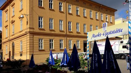 Der große Bau des ehemaligen Stadtarchivs begrenzt den Stadtmarkt zur Fuggerstraße. Von der Marktgaststätte aus hat man über den Bauernmarkt hinweg die architektonisch schmucklose Hausrückseite im Blick.