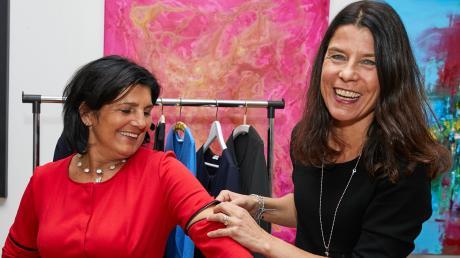 """Tanja Hall (rechts) mit einer ihrer Kundinnen, Kathi Duschner. Dank des """"Reißverschlussprinzips"""" sind die Kleider der Augsburgerin sehr wandelbar."""
