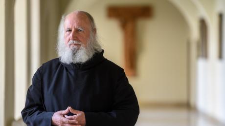 Pater Anselm Grün fordert, dass Priester trotz Corona-Pandemie die Eucharistiefeier nicht ganz allein halten sollten.