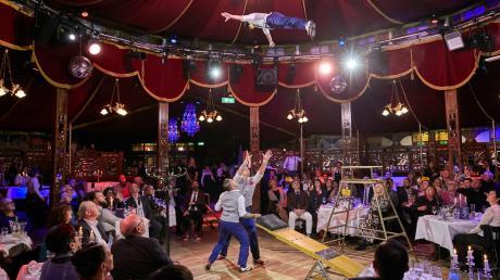 Akrobatik auf engstem Raum präsentieren die Künstler in Schuhbecks Teatro-Zelt. Der bekannte Koch gastiert bis zum 20. Januar mit seinem Spiegelzelt im Riedingerpark.